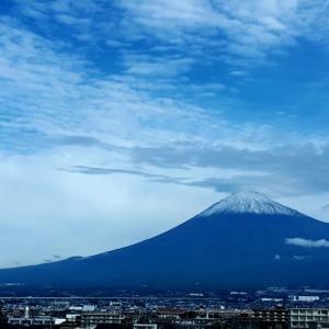 富士の高嶺にまた雪が降った