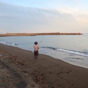 ひとり旅の女性と一緒に釣り
