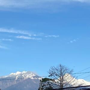 お山は雪がふりまちた~