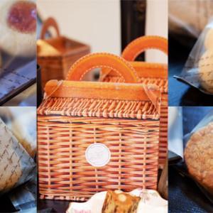 焼き菓子の詰まったピクニックバスケット