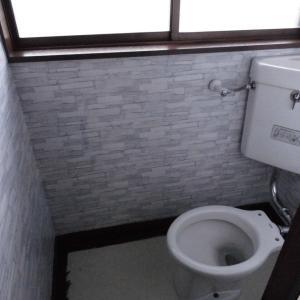2階のトイレ改修 3 壁紙を貼る