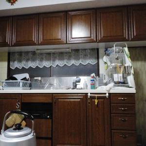 戸棚とキッチンのボードの光沢