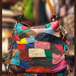 革のカラフルパッチワークとフリンジのバッグ