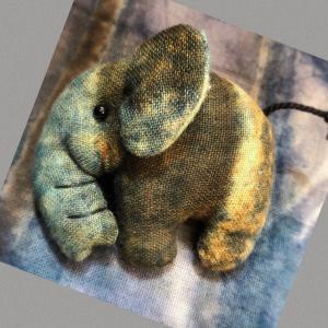 草木、藍染めの象ちゃんブローチ