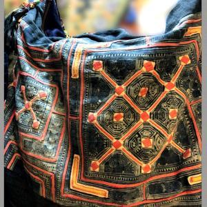モン族バティック古布と本革のショルダーバッグ