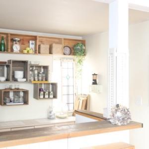 汚れたキッチンをDIYで蘇らせる!壁紙貼り替えと壁面模様替えまで