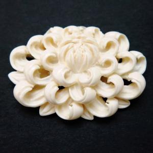 本象牙乱菊彫り帯留2020 盛夏から晩夏初秋にかけておすすめ。希少な伝統工芸の逸品です。。