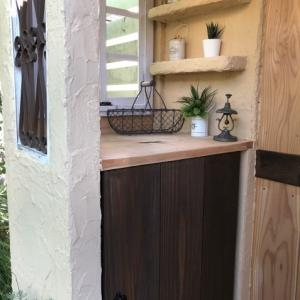 DIY「もどき小屋」カウンター下に扉を付けました