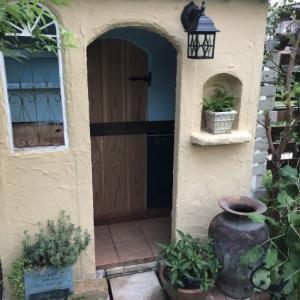 【ミニハウス】前にバードハウスを吊り、壺、ニッチ棚にグリーンを置きました