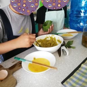 カンボジア クメール料理教室に兄弟で参加