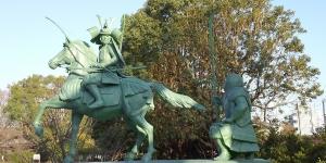 白旗神社境内に、義経と弁慶の銅像が建立!