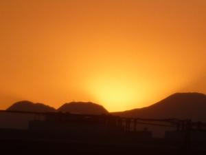箱根連山に沈む夕日と今朝の日の出