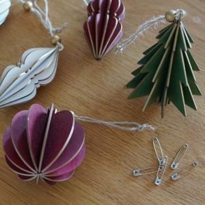 """ひとつ300円の""""木製クリスマス・オーナメント""""を布製ツリーに飾りました。"""