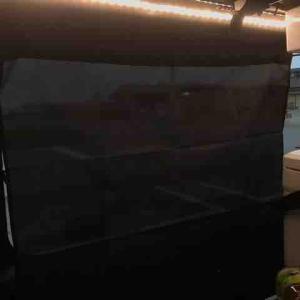 ハイエースの進化。網戸とカーテンと冷蔵庫