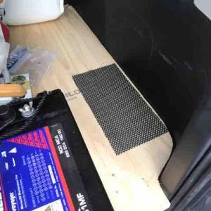 ハイエースの快適化 サブバッテリー増設と小窓バイザー取付
