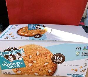 【プロテインクッキー】ホワイトチョコ大好きなので堪らない一品! コンビニに置いてあったら毎日買う!!Lenny & Larry's, コンプリートクッキー、ホワイトチョコレートマカデミア