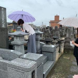 例年は猛暑の中のお墓参りですが、今年は雨のお盆を迎えてます!!