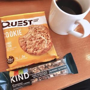 KIND Barsとプロテインクッキーとコーヒー