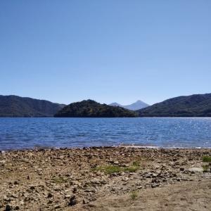 桧原湖畔で