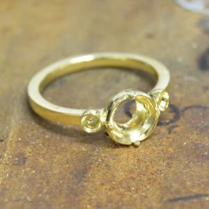 スフェーンで指輪を作り始めした。