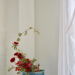 赤いガーベラと野草を青い器で