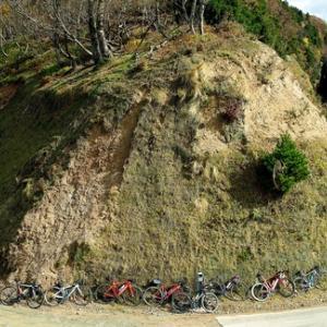 小入谷林道からの紅葉とサイクリスト・・・晩秋、尾根のブナ林