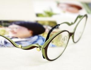 横顔美人になるメガネ。朝露と葉っぱで曲線美を。