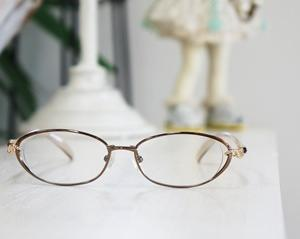 そんな目元周りをカバーするのがメガネです。