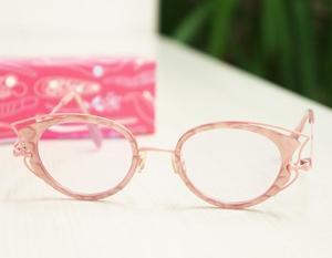 メガネでピンク、誰でもありですよ。