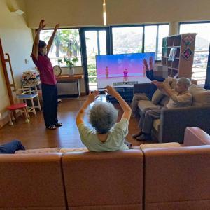 大型TVでラジオ体操 小規模多機能ホーム舞良戸(マイラド)