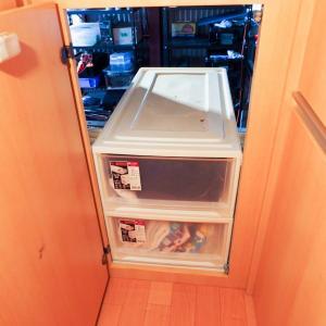 キャンピングカーの荷室にカラーボックスがジャストサイズ