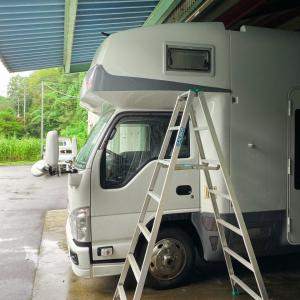 雨の日と暑い日は屋根の下でキャンピングカーを片面づつ洗車します
