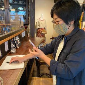 いとへん3人展2日目は、初リモート訪問お迎えして、紅茶ゼリーに舌鼓&ディスプレイ手直し完了だ〜!