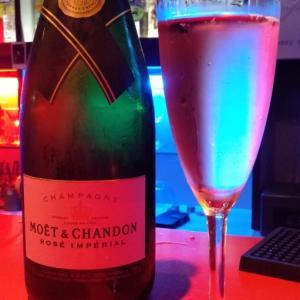 ご生誕祭り 赤いバー マスター モエ ロゼ シャンパン