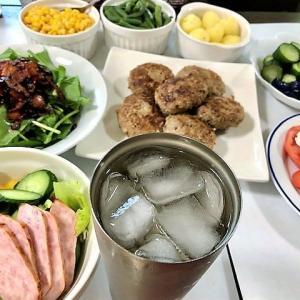 【ちょっとマジメに夕食を作りました ★ メインは『ハンバーグ』 付け合わせの『バターソテー』&『サラダ』は食べ放題】