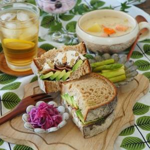 サーモンスープとボリューム満点サンドイッチ