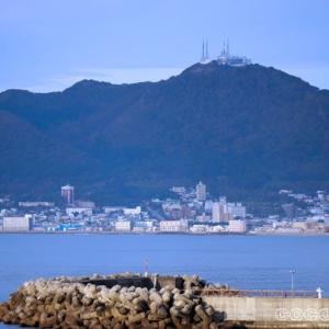 函館山を見上げる