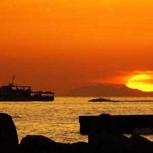 連絡船に沈む夕日