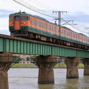 湘南色が信濃川橋梁を渡る(越後115系)
