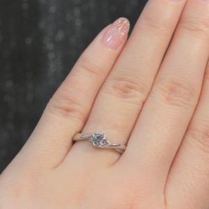 シンプルでいて王道デザインでも個性的な婚約指輪 雅-miyabi-表参道
