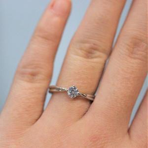 一粒ダイヤモンドのソリティアデザイン シンプルだけどシンプルすぎない婚約指輪 雅 表参道