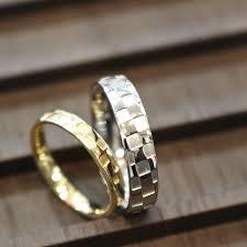 縁起の良い指輪 市松模様がデザインされた結婚指輪