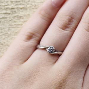 普段使いにお勧めのデザイン性に富んだ婚約指輪