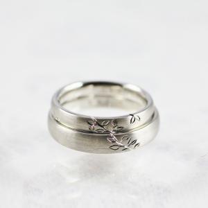 指輪が二本重なると一本のつながる木になる素敵な結婚指輪