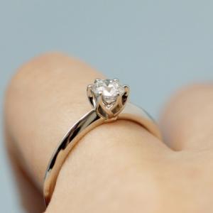 一生に一度のプロポーズ 婚約指輪選びのお手伝い【豆知識】