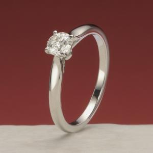 プロポーズの日にピッタリな、ダイヤモンドが美しく光る婚約指輪【京都本店】