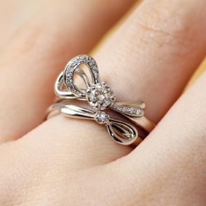 くすり指に結ぶ二人を繋ぐエレガントなリボンの婚約指輪♡【京都本店】