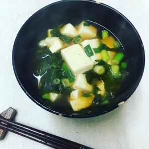 【今日のお味噌汁】ど定番の 豆腐とわかめの味噌汁