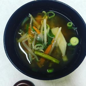 【今日のお味噌汁】野菜をジップロックにいれて冷凍しています。