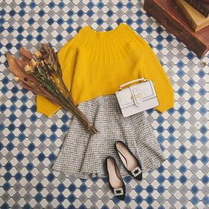 ゆるっとしたシルエットときれいなカラーが可愛いニット+ツイードスカートコーデ♪